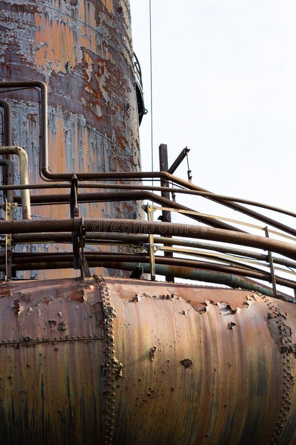 管、管子和走道,铁锈古色,都市工业建筑学 库存照片