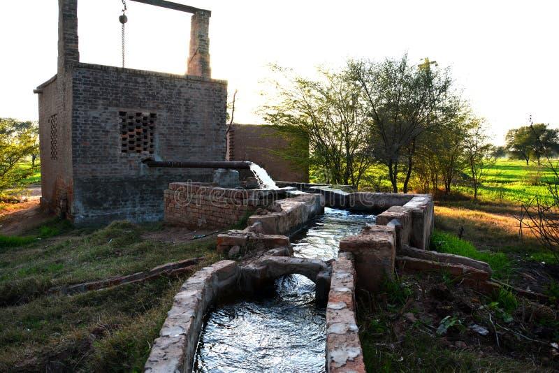 管井和临时水库在巴基斯坦的一个小村庄 免版税库存照片