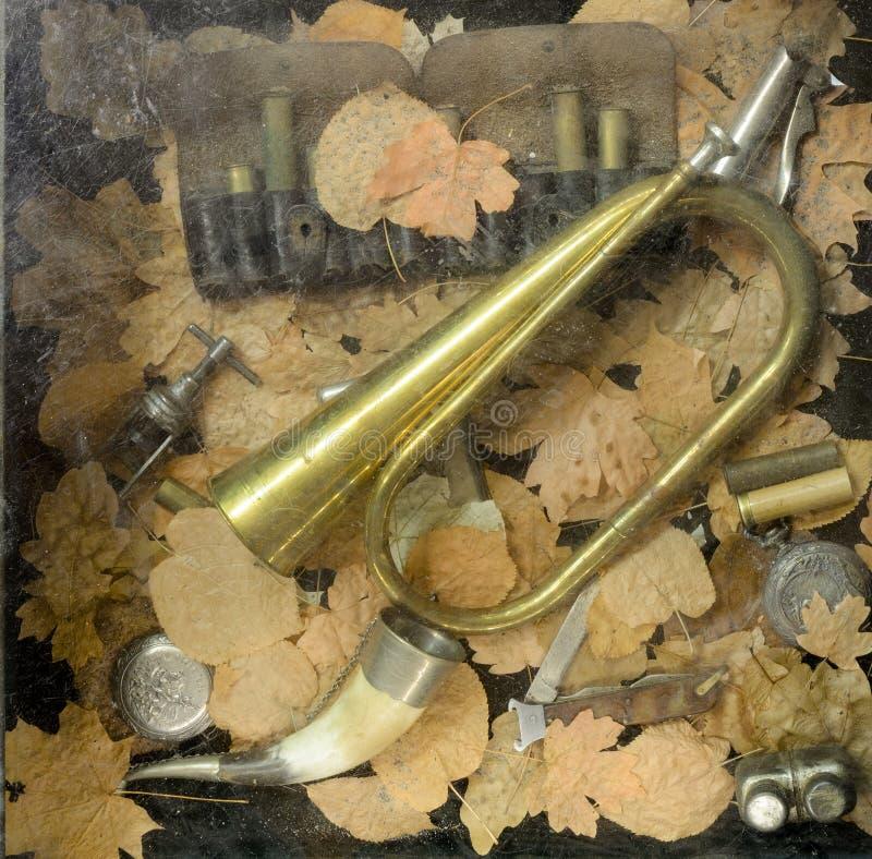 管和子弹狩猎的在atumn叶子 免版税库存照片
