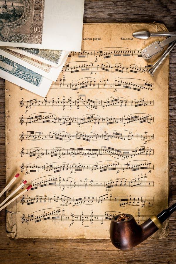 管子、烟草、祖传财产和笔记 免版税库存图片