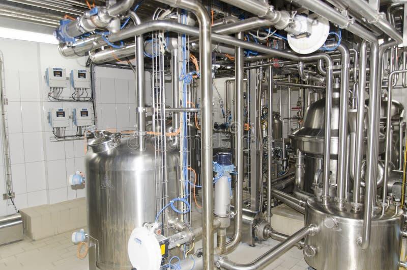 管子、阀门和压力槽在牛奶店工厂 库存图片