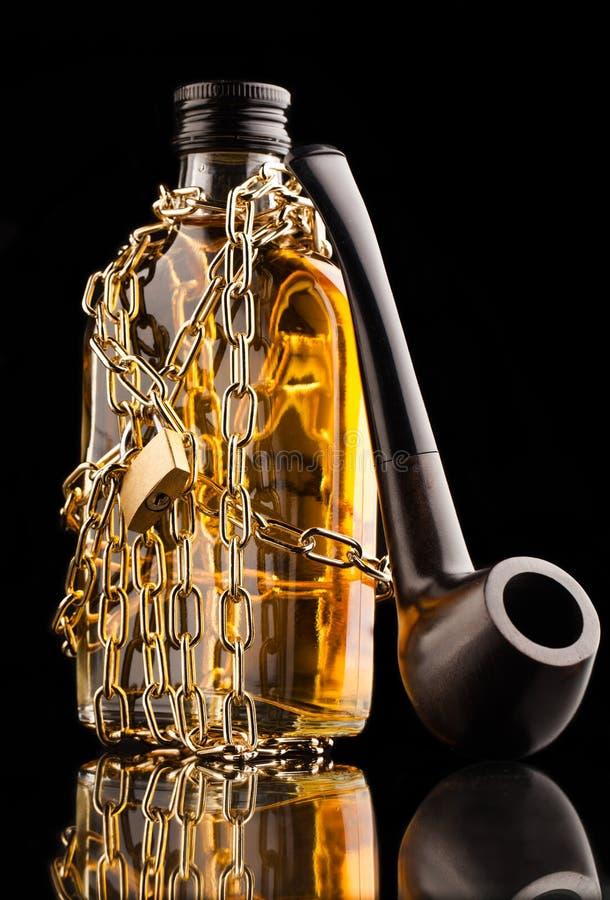 管子和威士忌酒瓶 库存照片