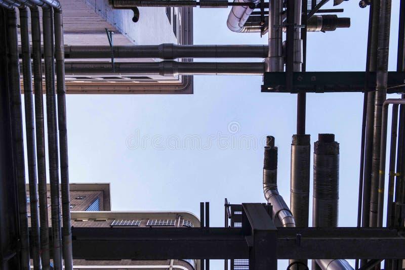 管子在工业飞利浦地区Strijp S的形成线 库存照片