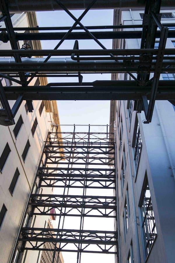 管子在工业飞利浦地区Strijp S的形成线 免版税库存照片