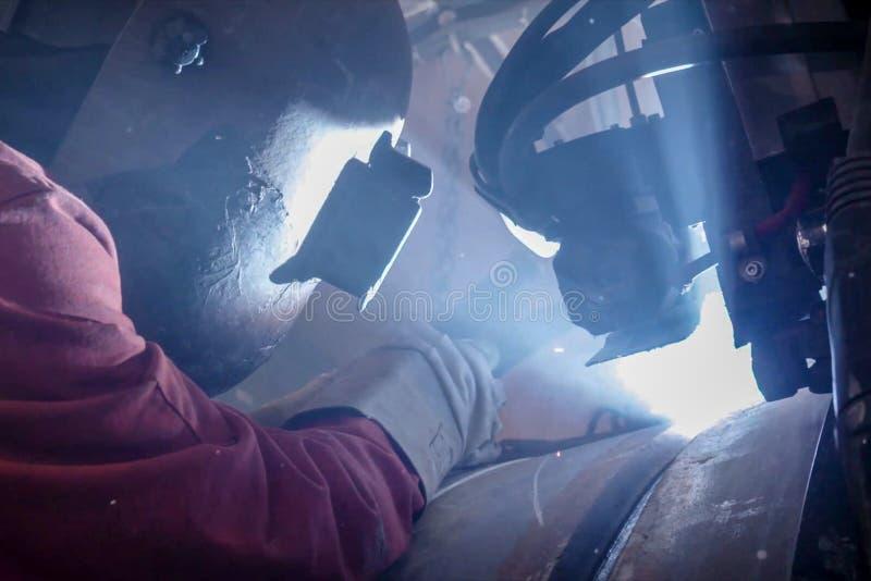 管子焊接 焊接的工作 焊接火花  免版税图库摄影