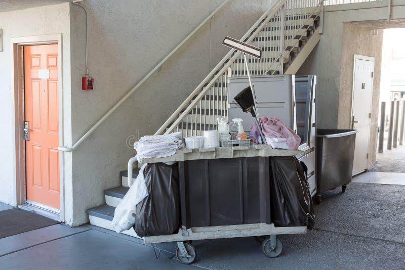 管家旅馆清洁工具推车在走道 库存照片