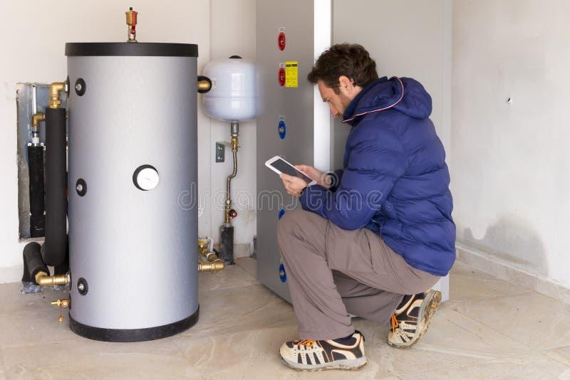 水管工在做消耗量测量的工作 免版税图库摄影