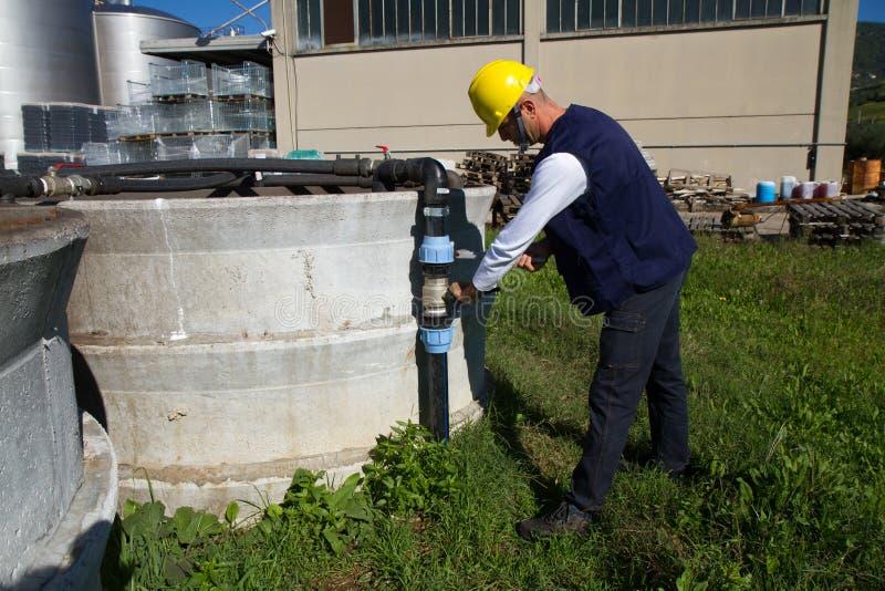 水管工在工作在站点 库存图片