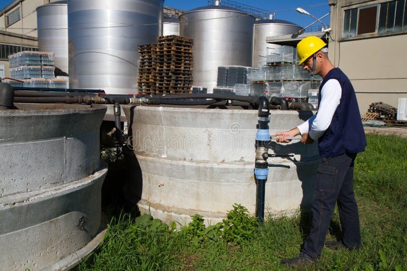 水管工在工作在站点 免版税库存图片
