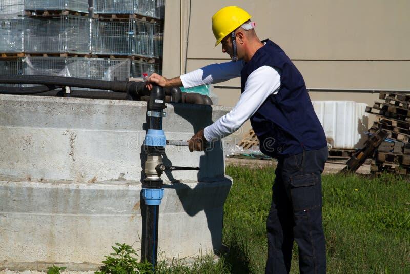 水管工在工作在站点 库存照片