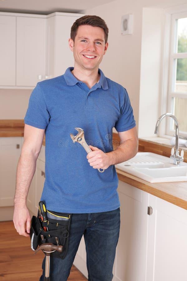 水管工定象与可调扳手的厨房轻拍 库存照片