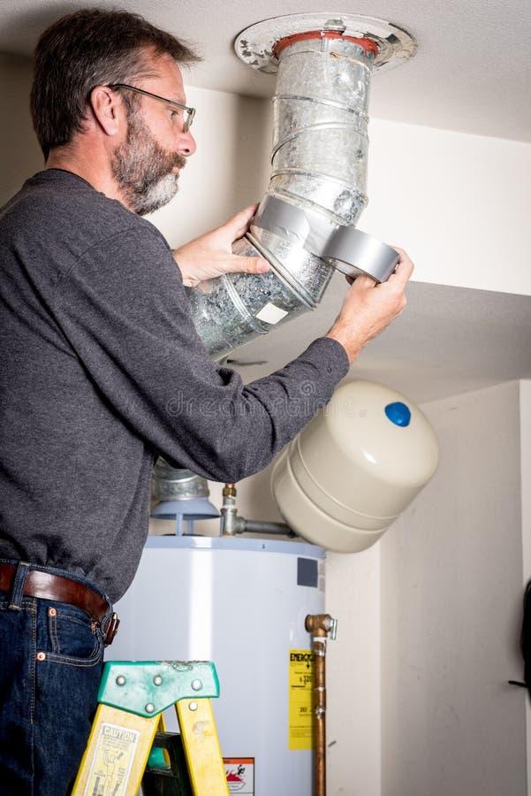 水管工应用在输送管工作的磁带 库存图片