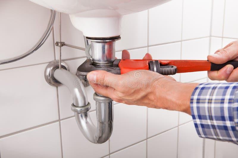 水管工贴合水槽管子 免版税库存照片