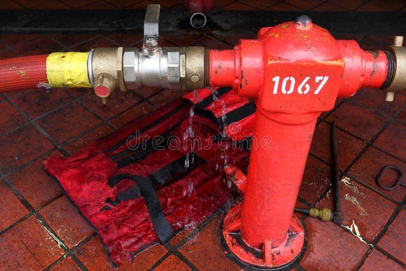 水管漏和喷水的龙头连接 免版税库存照片