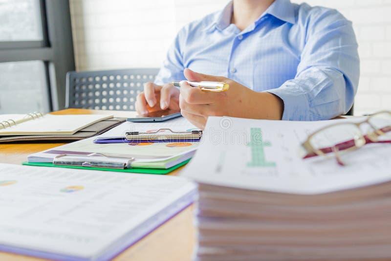 管理员写报告的商人财政审查员和秘书 免版税图库摄影