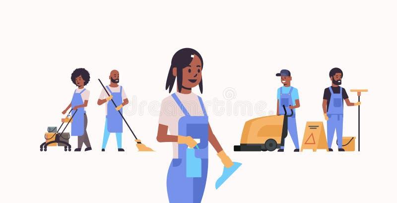 管理员合作工作在制服使用的一起清洗的服务概念非裔美国人的男女擦净剂 库存例证