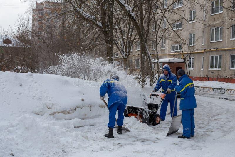 管理员在围场清洗雪 免版税图库摄影