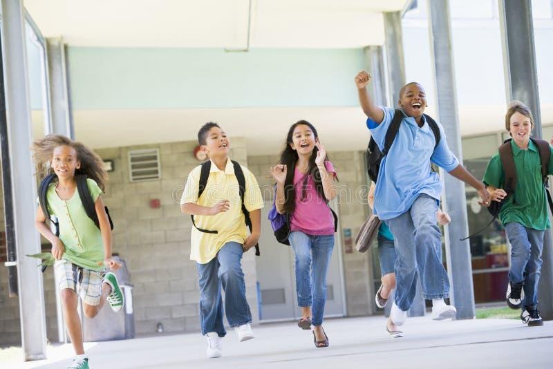 管理学校的基本外部学生 免版税库存照片