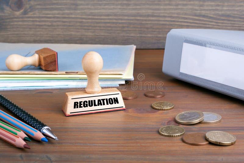 管理规定 在书桌上的不加考虑表赞同的人在办公室 免版税库存照片