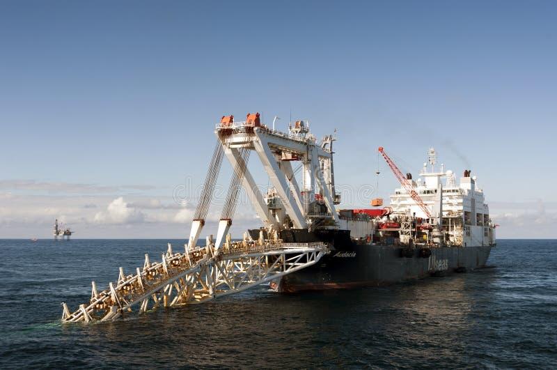 管道敷设船放置管子的Audacia在北海。 免版税库存图片