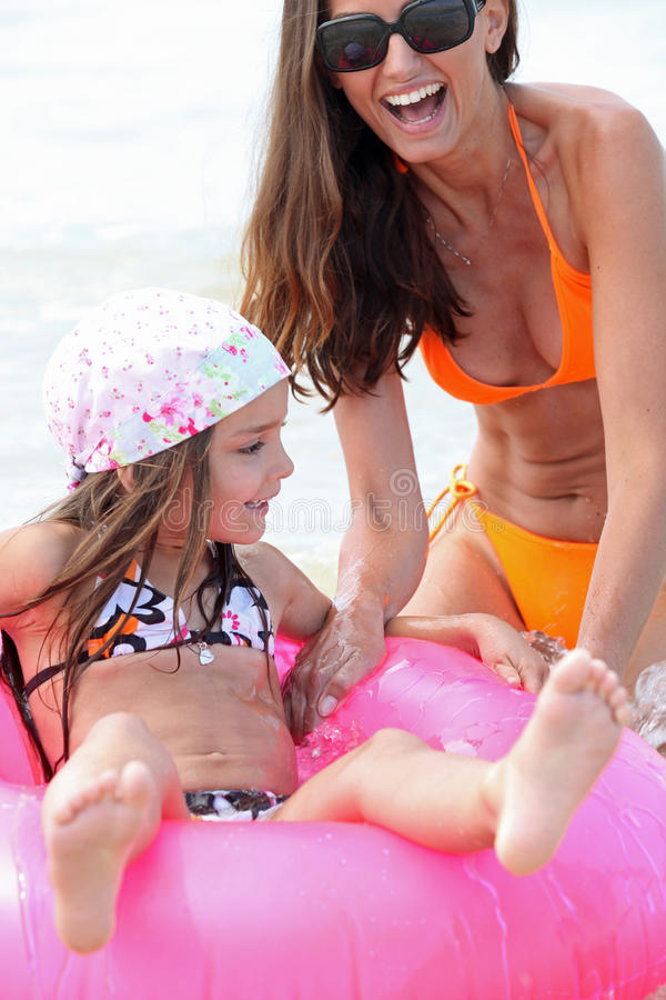 管闲事的妈咪和的女儿  库存照片