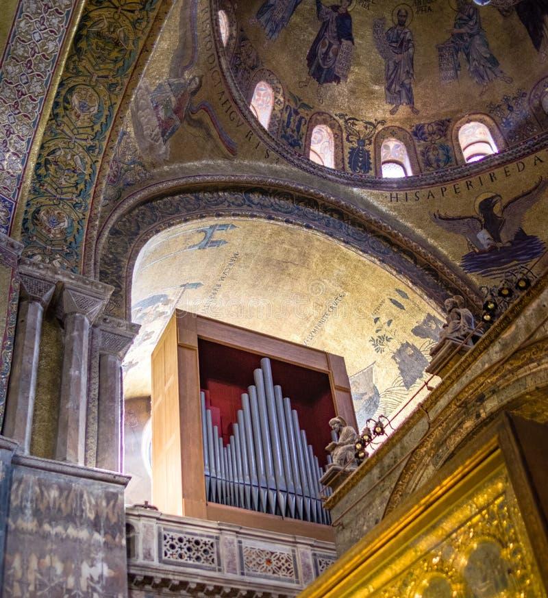 管风琴的更加接近的看法在圣马克` s大教堂的在威尼斯,意大利 免版税库存照片