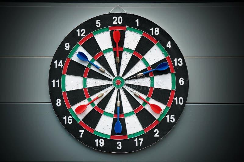 箭和掷镖的圆靶箭头比赛 免版税库存图片