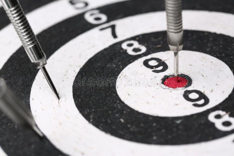 箭比赛在红色的中心非常突出  免版税图库摄影