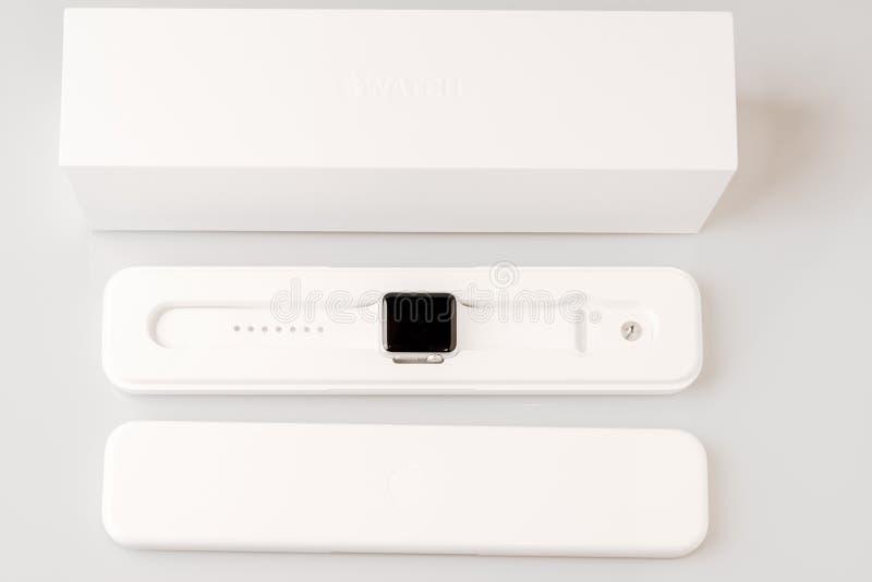 箱中取出新的苹果计算机手表 库存照片