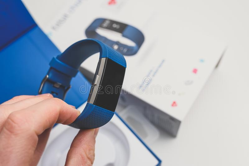 箱中取出的Fitbit充电2 免版税库存照片