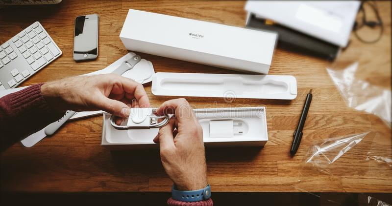 箱中取出磁性苹果手表充电器 免版税库存照片
