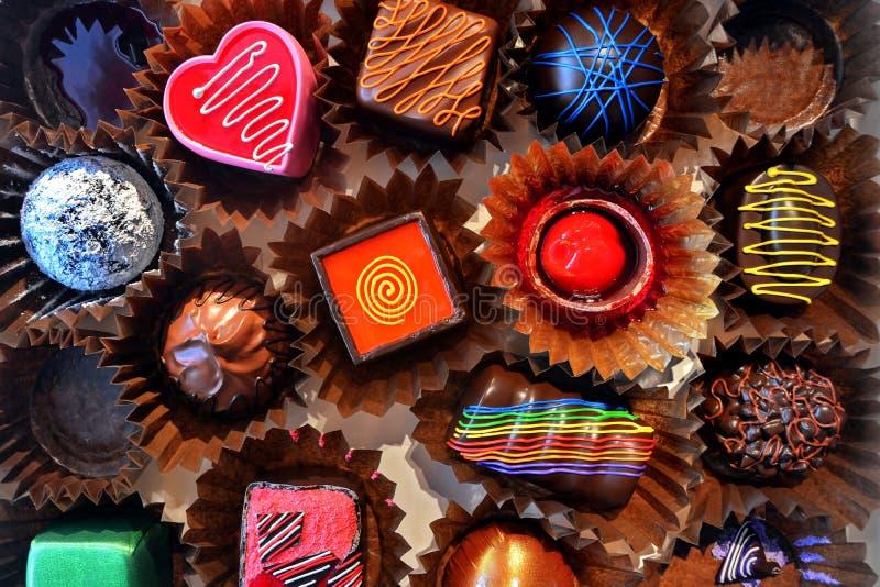 箱多种巧克力果仁糖 库存照片