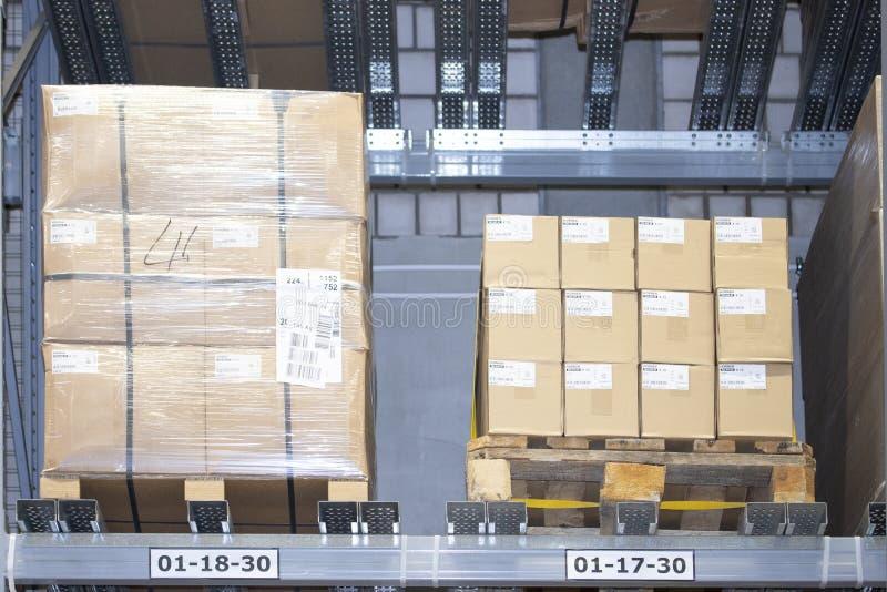 箱子在板台的物品在仓库仓库的架子 物品在库存,商店存贮组织 免版税库存图片