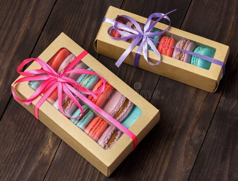 箱子新五颜六色的法国蛋白杏仁饼干酥皮点心曲奇饼macarons,通心面 库存照片