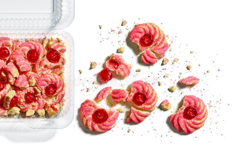 箱捣毁的樱桃杏仁amaretti曲奇饼在白色捏碎 免版税库存照片