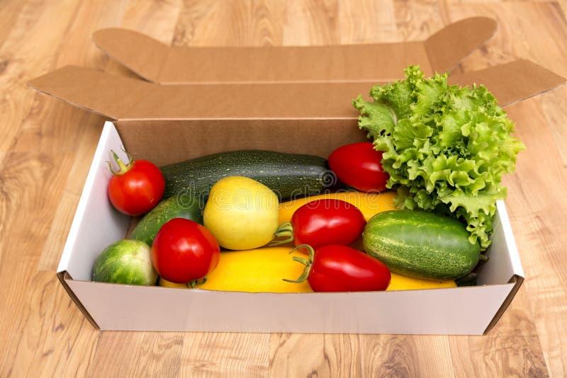 箱新鲜的有机蔬菜和水果 库存照片