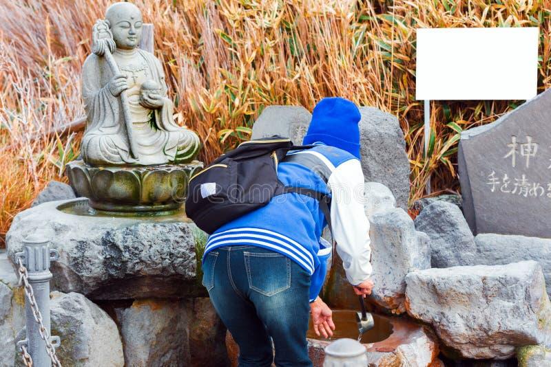 箱根,日本- 2017年11月5日:石菩萨雕象 框架例证文本向量 库存图片