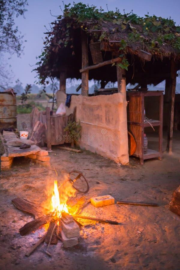 篝火在一个白色夏夜 免版税库存照片