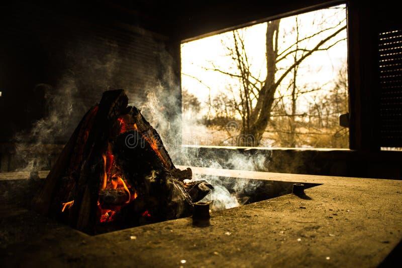 篝火在有窗口的房子里 库存图片