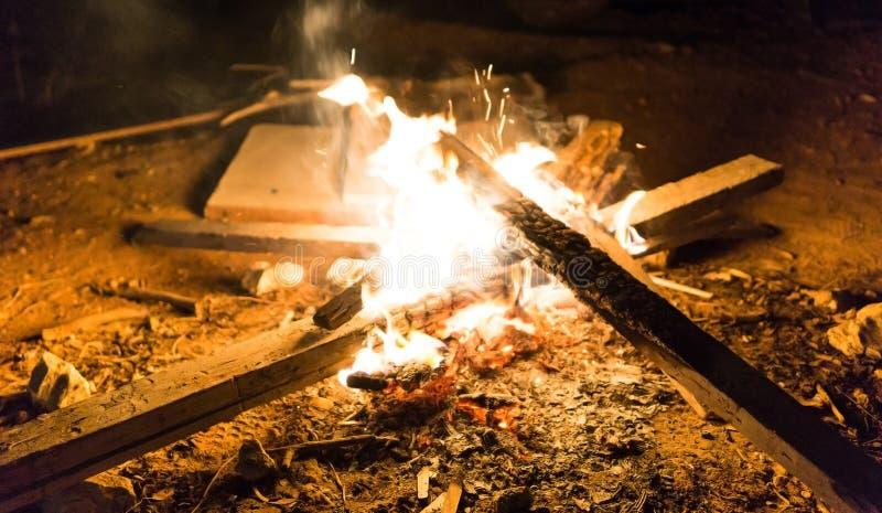 篝火在黑暗的夜 免版税库存图片