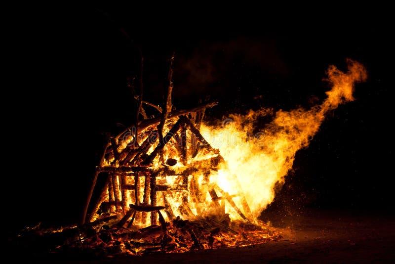 篝火灼烧的营火火焰 免版税库存照片