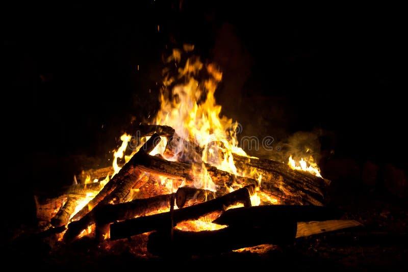 篝火灼烧的营火 免版税库存照片