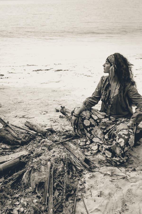 篝火的美丽的年轻吉普赛样式妇女 免版税图库摄影