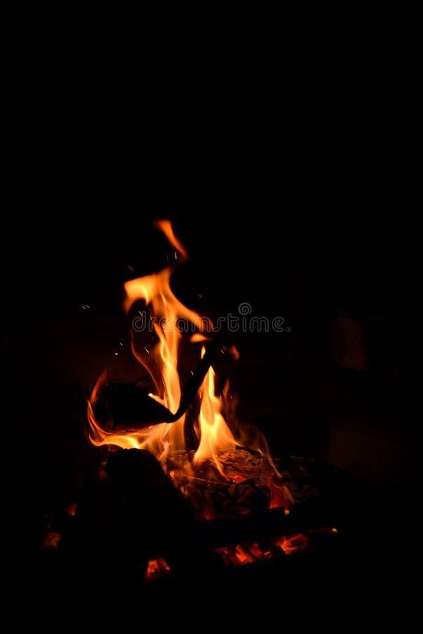 篝火的闷燃的灰 在砖烤肉的火火焰 免版税库存照片