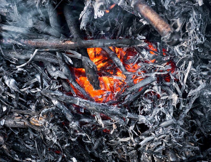篝火的闷燃的灰 库存照片
