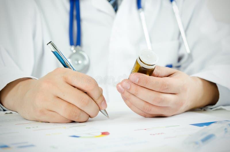 篡改工作在他的书桌在医院 背景弄脏了关心概念表面健康防护屏蔽的药片 库存照片