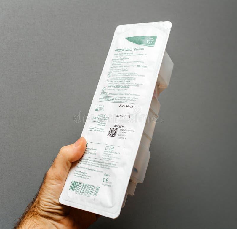 篡改拿着不育的一次性注射器做由Medrand史特拉 免版税库存图片