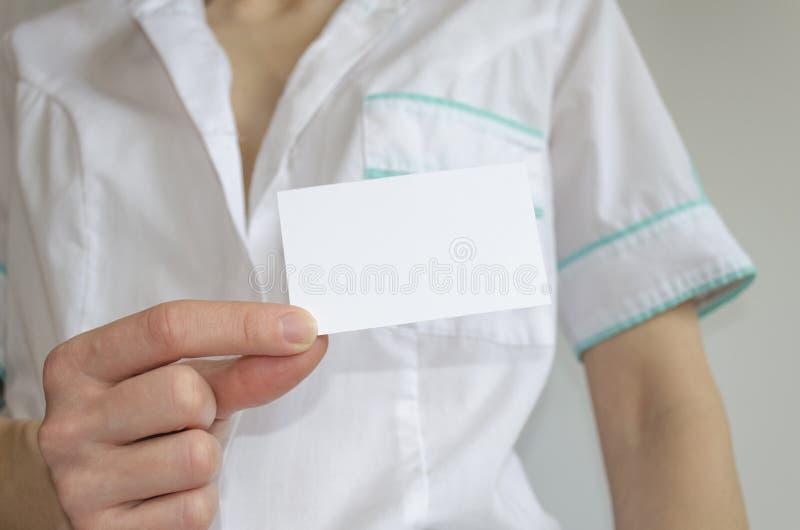 篡改拿着空白的名片的` s手 库存图片