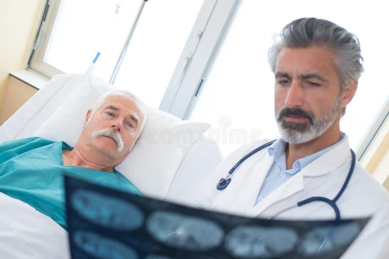 篡改显示X-射线给资深患者在医院 库存照片
