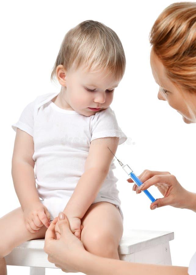 篡改有在白色隔绝的注射器接种的儿童婴孩流感射入射击的妇女手 免版税库存照片